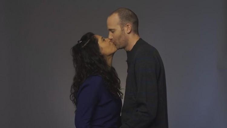 Judeus e palestinos fazem beijaço contra proibição de livro em Israel